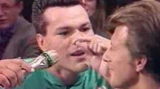 ガチの危険術!!鼻の穴の中に15センチ程のアレをハンマーでトントン!?
