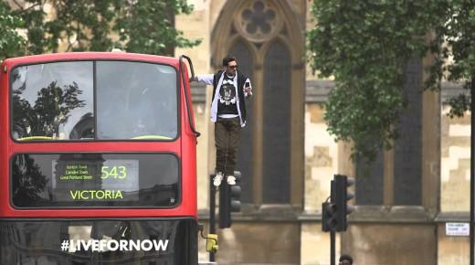 見たことないバスの乗り方で突如市街が騒然。どこの筋肉が発達してるの?