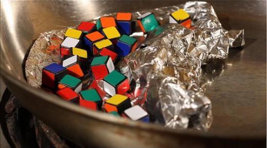 ルービックキューブをフライパンで炒めて作る斬新料理の過程がスゴい!