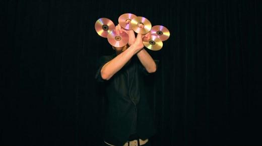 CDが出たり消えたりジャグリングとマジックの融合パフォーマンス!